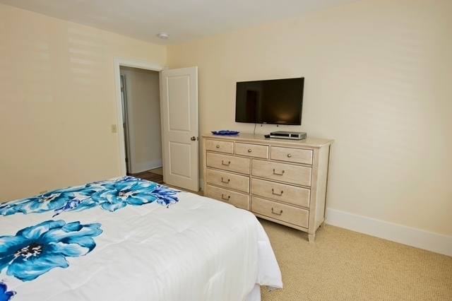 11-Turtle-Lane---Queen-Bedroom-2-7611-big.jpg