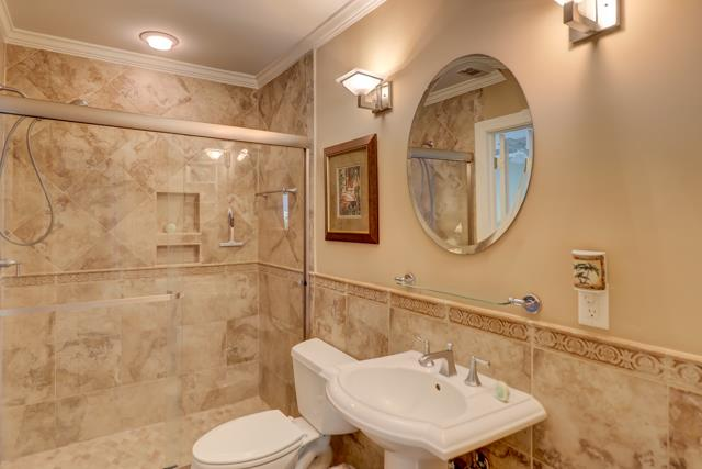 153-Harbourwood-Villa-Queen-and-Twin-Bathroom-13791-big.jpg
