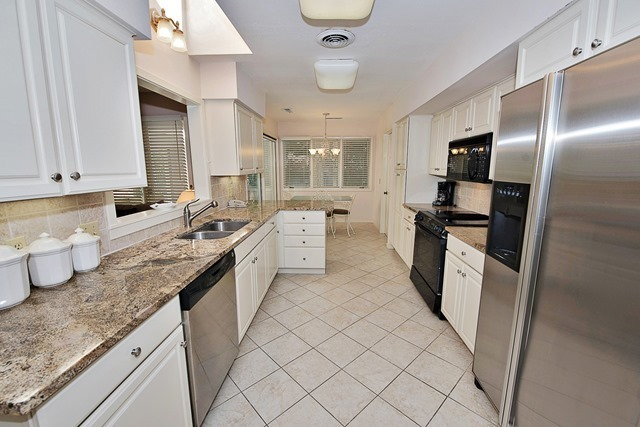 16-South-Beach-Lane--Kitchen-9506-big.jpg