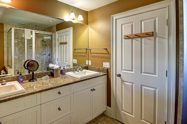 26-East-Beach-Lagoon---Master-Bathroom-11048-big.jpg