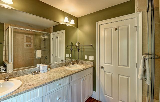 26-East-Beach-Lagoon--Queen-Bathroom-11050-big.jpg