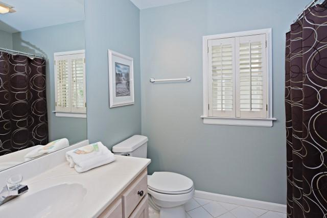 36-Woodbine-Place---King-Bathroom-11820-big.jpg