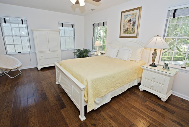 4-Mizzenmast-Court---Queen-Bedroom-5271-big.jpg