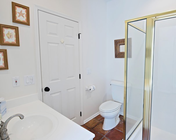 4-Mizzenmast-Court---Twin-Bathrooom-9202-big.jpg