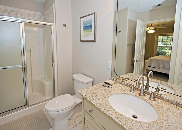 47-Woodbine-Place---Bathroom-Queen-8908-big.jpg