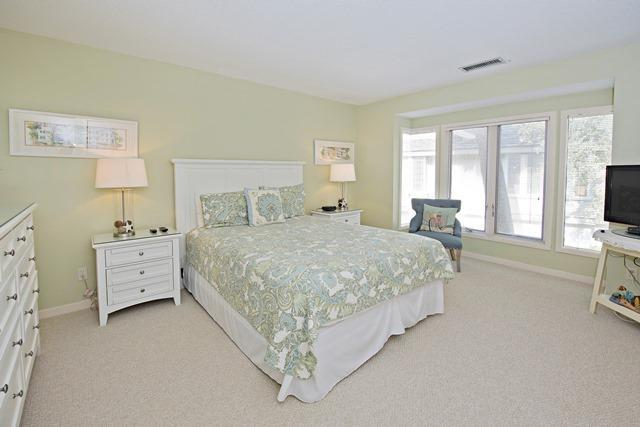 5-Turtle-Lane---Queen-Bedroom-11146-big.jpg