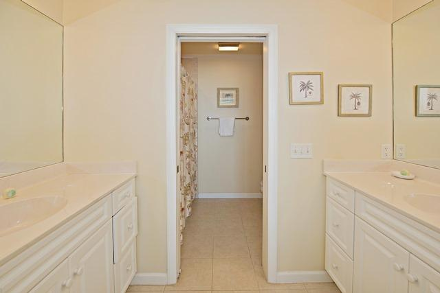 50-Lands-End---Queen-Bathroom-11536-big.jpg