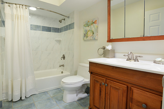 6-Windjammer-Court--King-Bathroom-8122-big.jpg