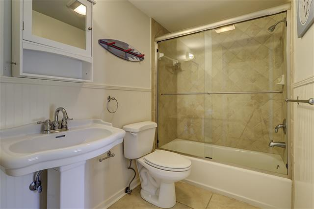 9-Laughing-Gull-Bunk-Bathroom-17410-big.JPG