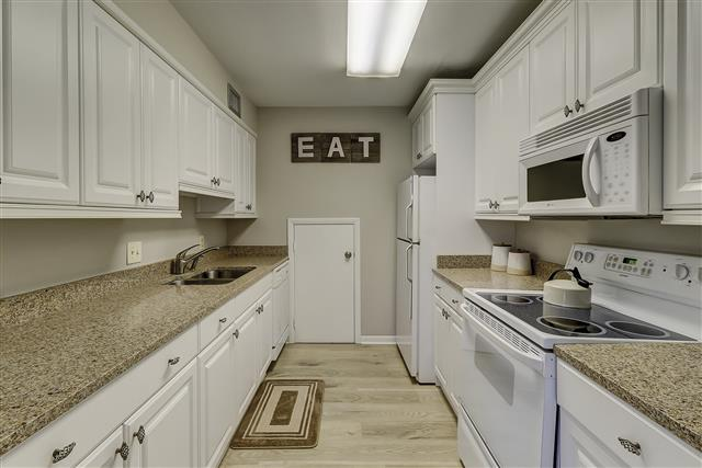 967-Cutter-Court---Kitchen-17454-big.JPG